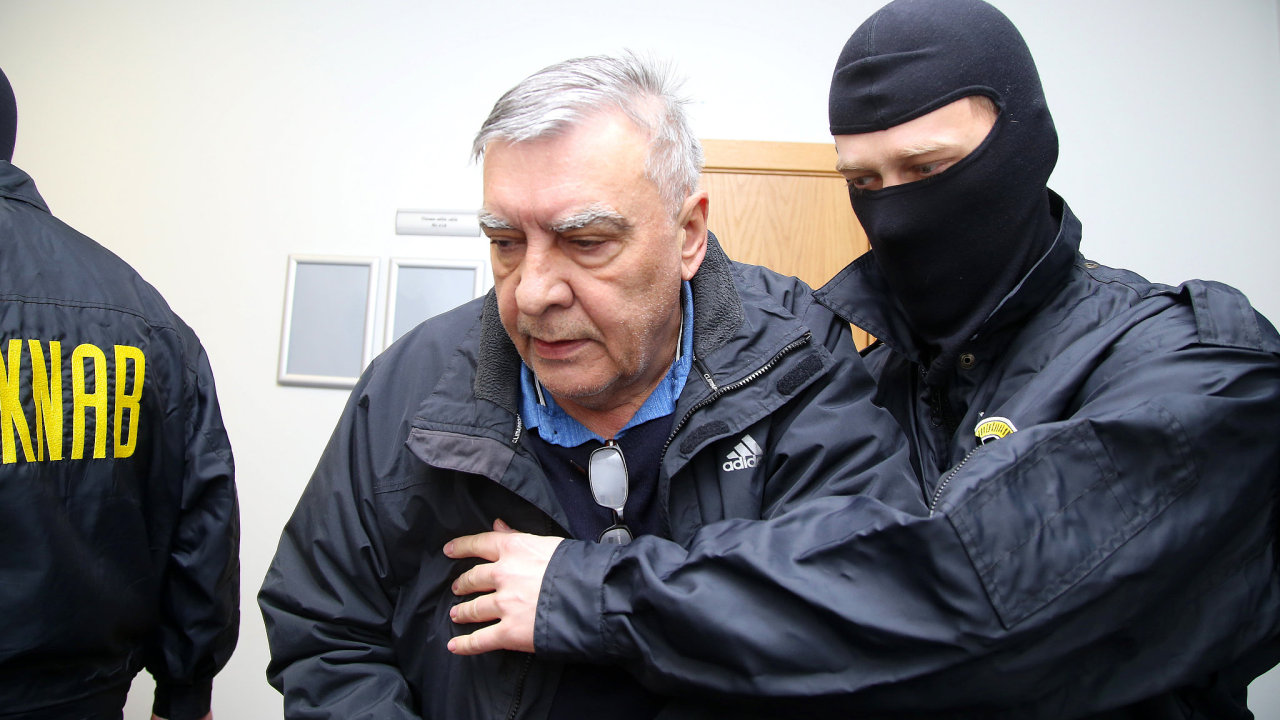 Vladislav Kozák s pracovníky protikorupční agentury KNAB po svém zadržení v Rize.