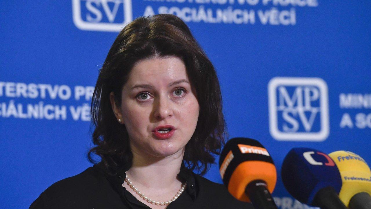 """""""Zjišťujeme, kde můžeme vnašich resortech ušetřit,"""" uvedla ministryně práce a sociálních věcí Jana Maláčová. Sama ale přiznala, že je nasvém ministerstvu ušetřit nedokáže."""