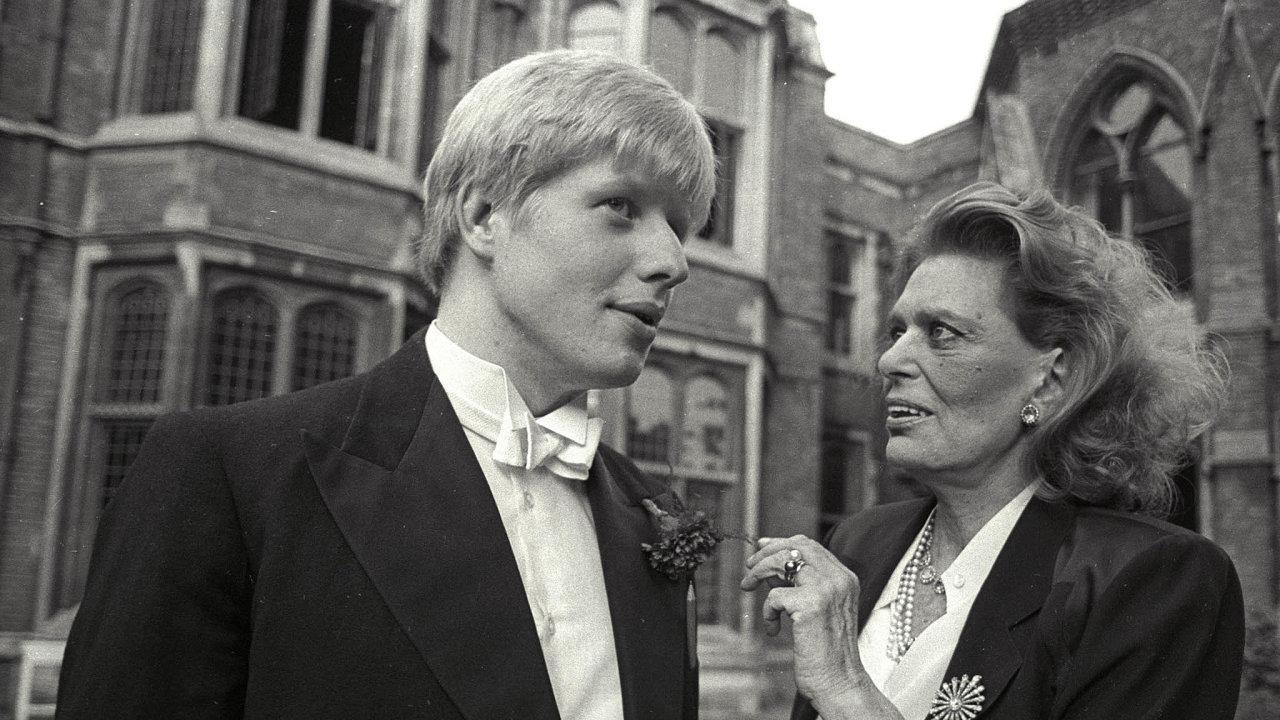 Dvaadvacetiletý Boris Johnson v roce 1986, tehdy student Oxfordu, v rozhovoru s řeckou ministryní kultury Melinou Mercouri.
