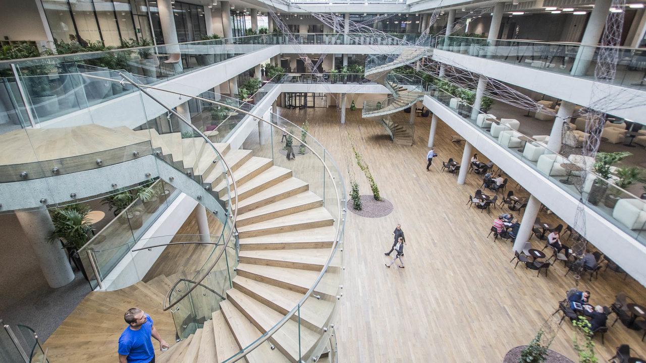 Pod jednou střechou. Zaměstnanci ČSOB, kteří se stěhovali letos najaře doopen spacu vnové budově vRadlicích, si prostor vytvářeli podle vlastních představ.
