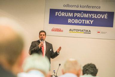 Odborné konference jsou tradičním doplňkem strojírenského veletrhu. Nasnímku Jan Kamenický zABB naFóru průmyslové robotiky.