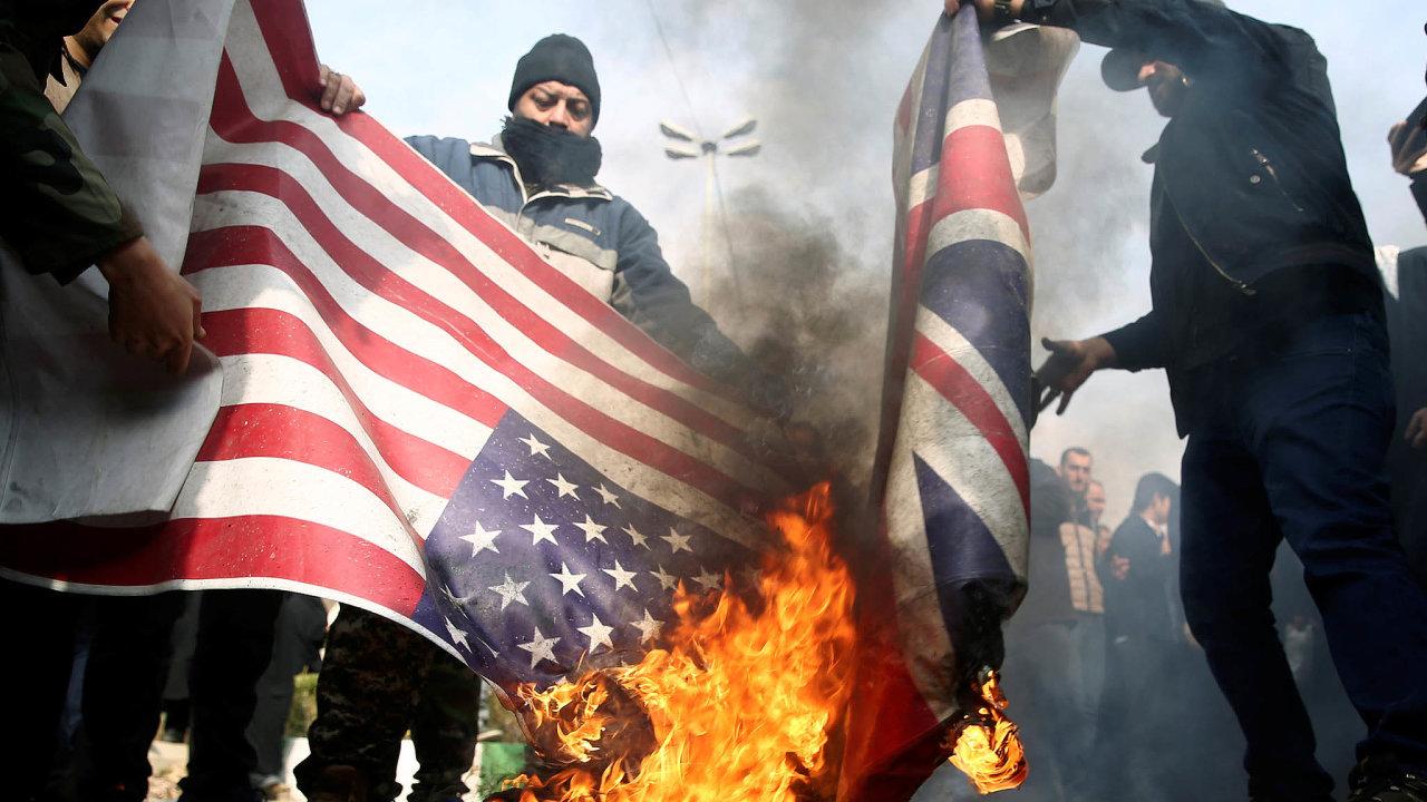 Smutečních pochodů zagenerála Kásema Solejmáního, kterého zabil americký dron 3.ledna v Bagdádu, se zúčastnily statisíce lidí, volající Barg mar Amríka! (Smrt Americe!).