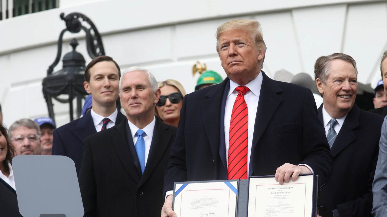 Nová dohoda ovolném obchodu mezi Spojenými státy, Mexikem aKanadou podpoří podle Donalda Trumpa hospodářský růst atvorbu pracovních míst vUSA.