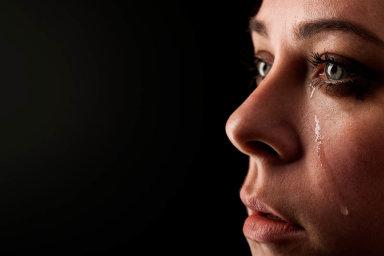 Podle odhadů psychologů aterapeutů se se ztrátou blízkého člověka velmi těžko vyrovnává až 15 procent pozůstalých. Necítí obyčejný smutek, ale tíživou bolest, která jim nedovolí normálně fungovat.