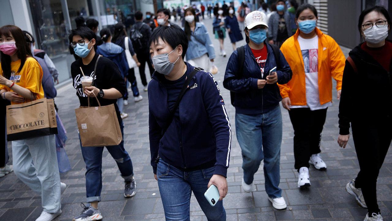 Čína během ledna výrazně zvýšila dovoz anaopak omezila vývoz zdravotnického materiálu apotřeb, například plicních ventilátorů, roušek, plášťů arukavic.