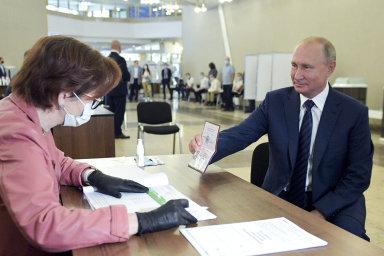 Věčný Putin. Rusové mu nejspíš umožní zůstat u moci do roku 2036, pro je zatím valná většina voličů