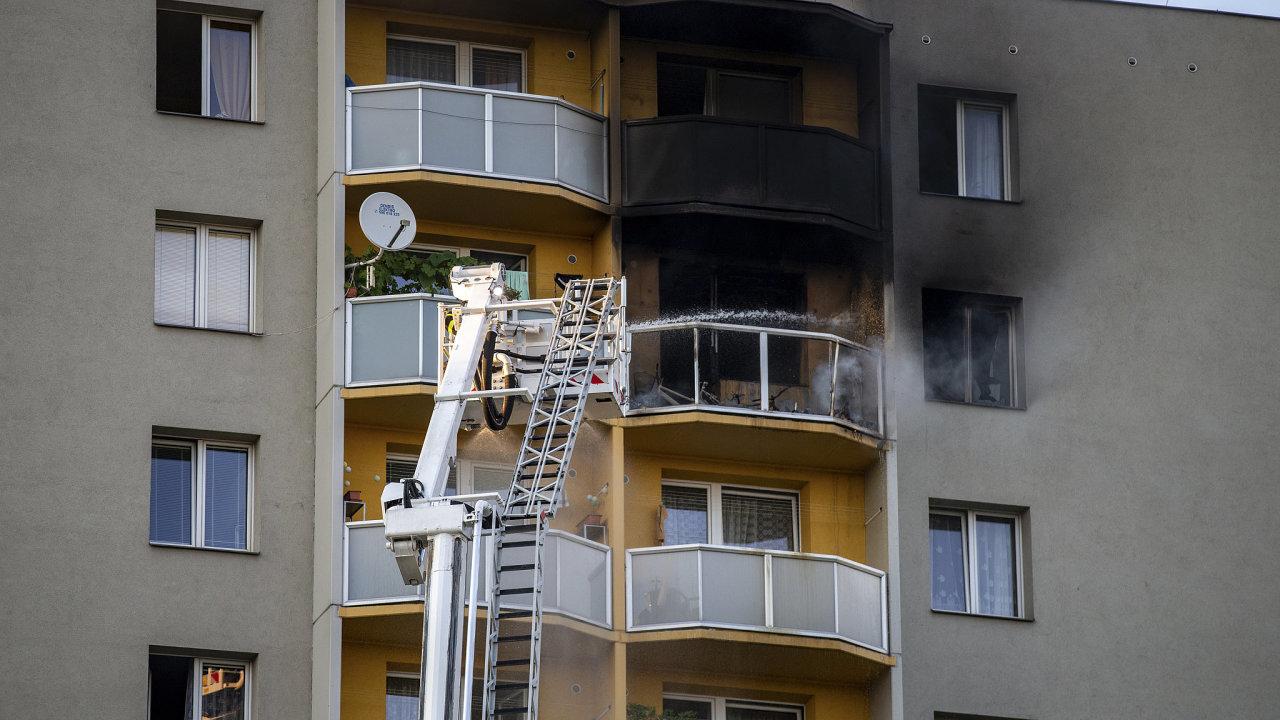 Požár panelového domu v Bohumíně 8. srpna 2020.