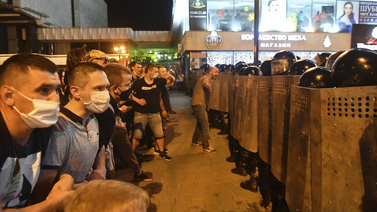 Alexandr Lukašenko pošesté vyhrál běloruské volby. A odpůrci jeho diktatury vyšli do ulic, kde proti nim tvrdě zasáhla policie.