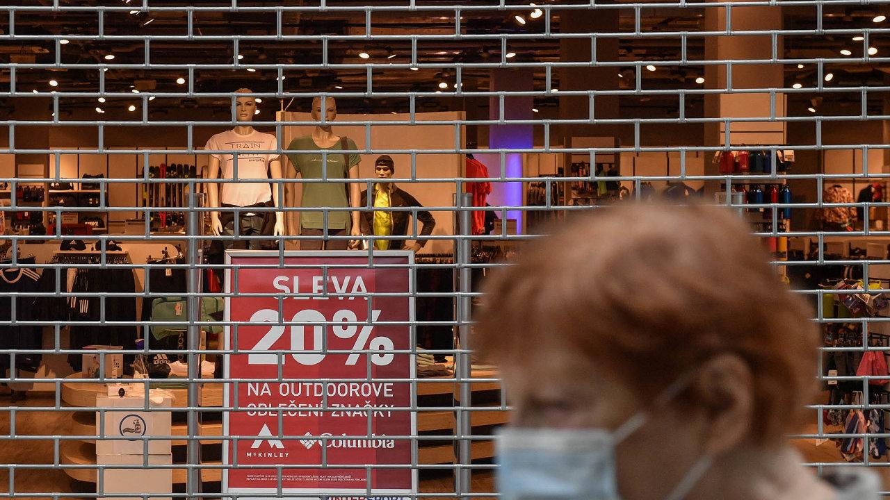 Zejména menší obchodníci vnákupních centrech sledují sobavami současná vládní opatření. Vprvní vlně pandemie jim pomohl program Covid nájemné. Otázkou však je, jak dlouho bude trvat vlna druhá.