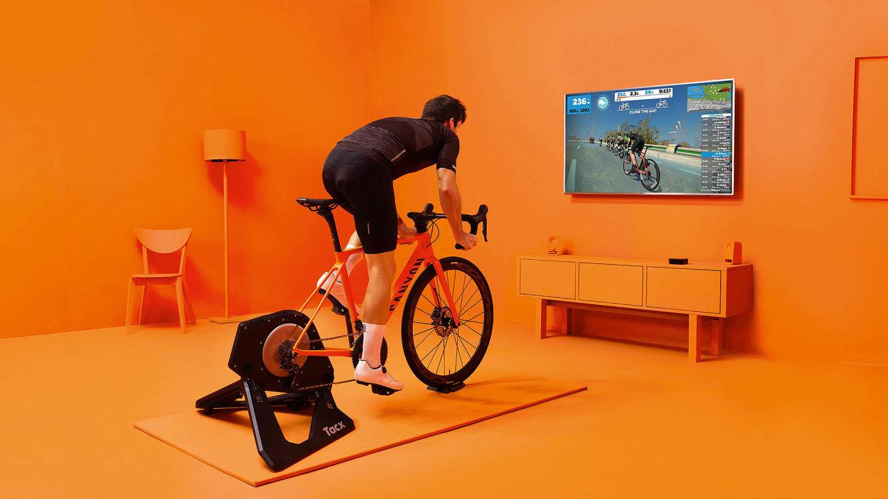 Cyklisté si mohou vybírat mezi americkou Zwift (na snímku) ačeskou Rouvy, která se chlubí integrací skutečných prostředí.