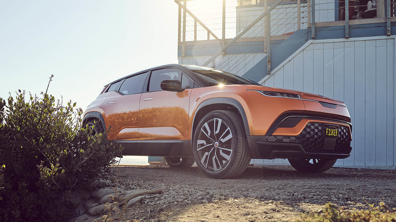 Noví konkurenti. Elektromobil Fisker je možné přes web firmy rezervovat. Firma patří mezi nové konkurenty klasických automobilek na poli nových druhů pohonu aut a míří na burzu.