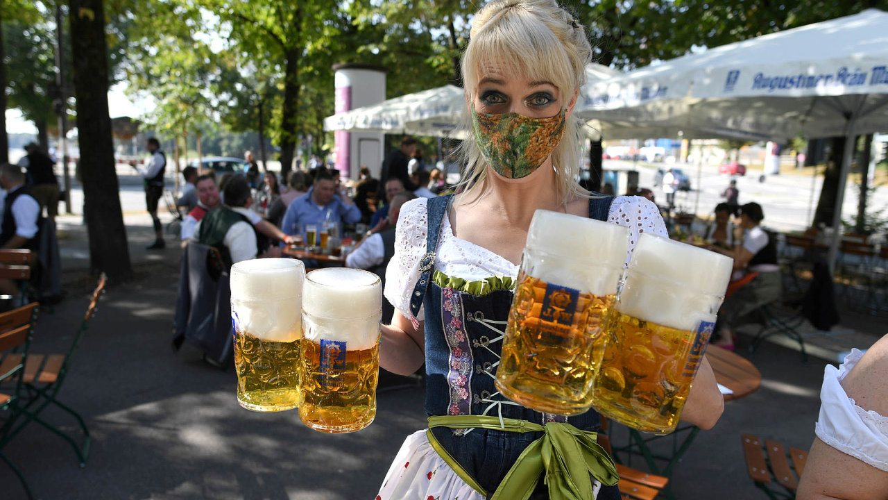Pivo se loni v Německu prodávalo dobře jen v letních měsících. Pak ale přišla další omezení. Snímek je zezáří zMnichova.