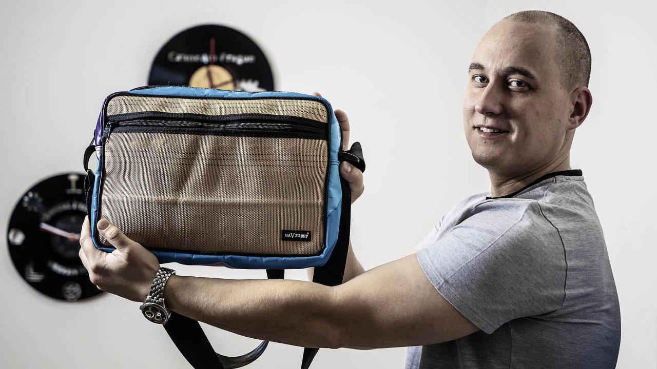 Jakub Mastík vyrábí tašky z hasičských hadic a další