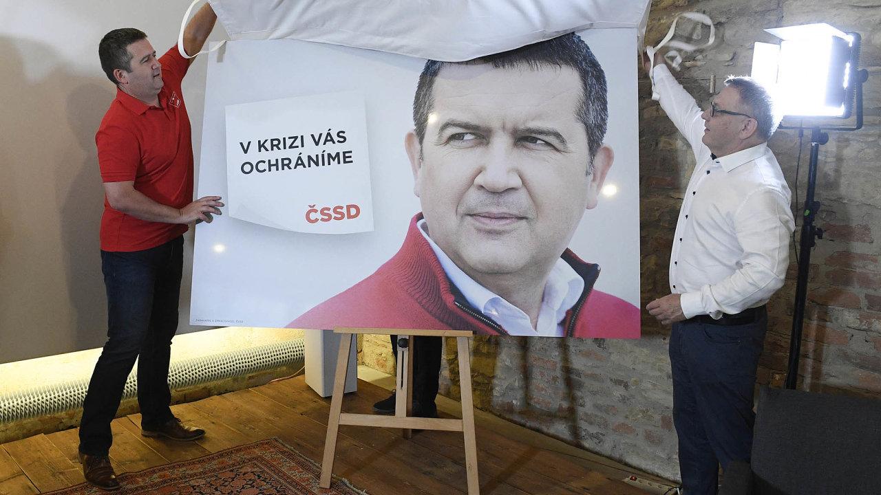 Předseda ČSSD Jan Hamáček a ministr kultury Lubomír Zaorálek spolu loni v létě zahajovali kampaň strany před volbami do zastupitelstev krajů.
