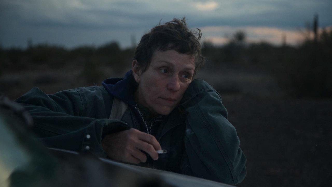 Frances McDormandová (nasnímku) aDavid Strathairn jsou vZemi nomádů jedinými profesionály. Další postavy ztvárnili neherci.