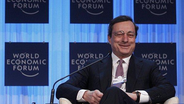 Mario Draghi si fórum v Davosu očividně užívá.