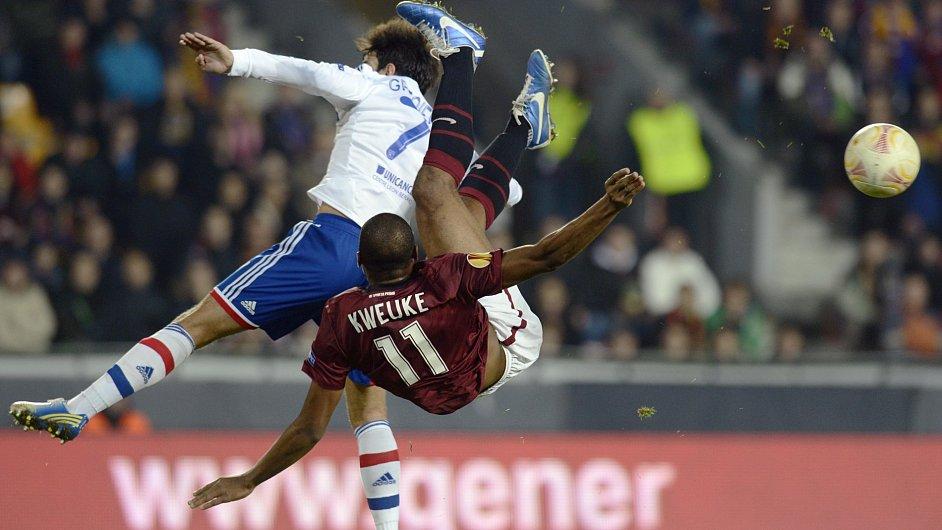 Sparťanský útočník Leonard Kweuke v zápase proti Lyonu