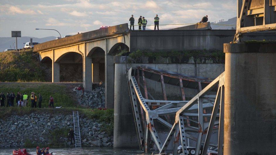Zřícený dálniční most ve státě Washington