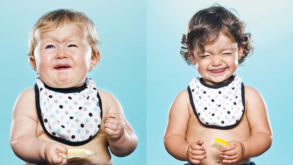 Děti jedí poprvé citrón.
