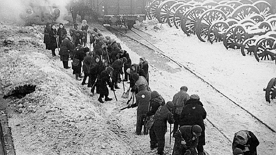 Běloruští Židé na nucených pracích na nádraží v Minsku.