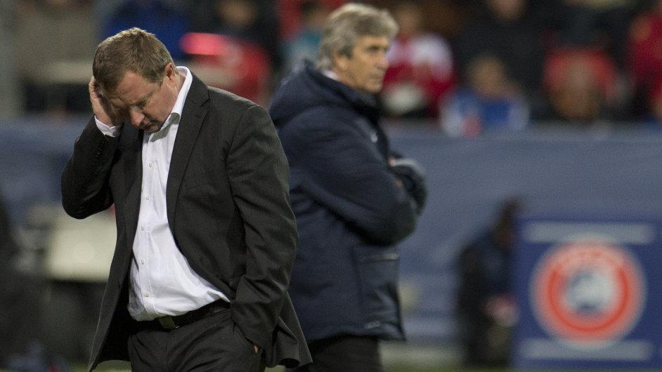Trenér Plzně Pavel Vrba, za ním kouč Manchesteru City Manuel Pellegrini