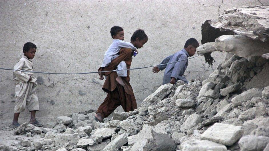 Přeživší pákistánského zemětřesení v troskách města Avaran