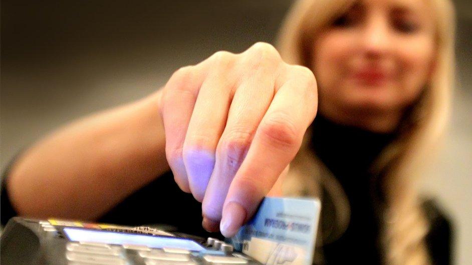Platební karty čekají změny.