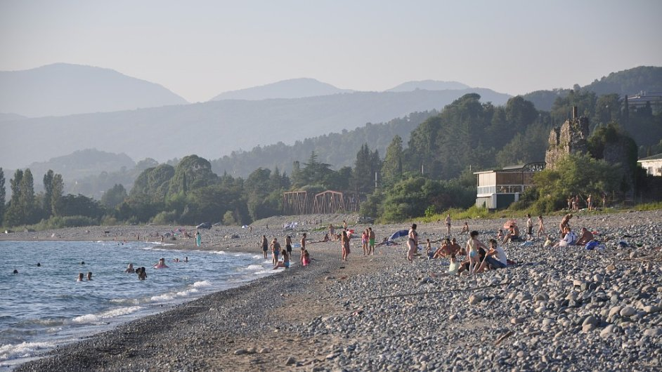 Vysoké hory, čisté moře, nekonečné pláže, i to je Abcházie