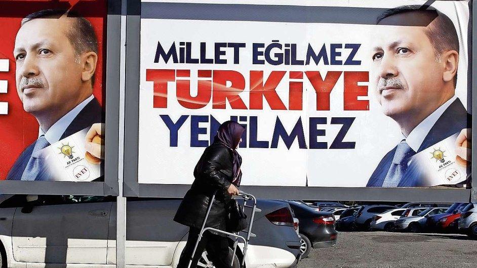 Turecký premiér Erdogan zakázal před volbami Twitter i YouTube.
