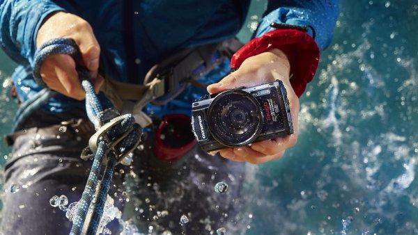 Výrobci stále více sázejí na vodotěsné outdoorové kompakty - Ilustrační foto.