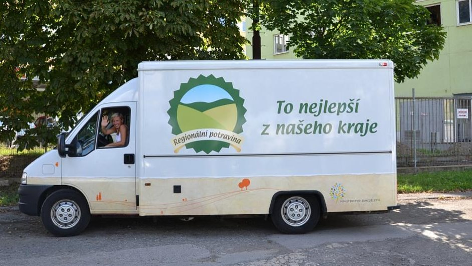 Pojízdná prodejna výrobků nesoucích značku Regionální potravina navštíví v létě na 40 českých a moravských měst.