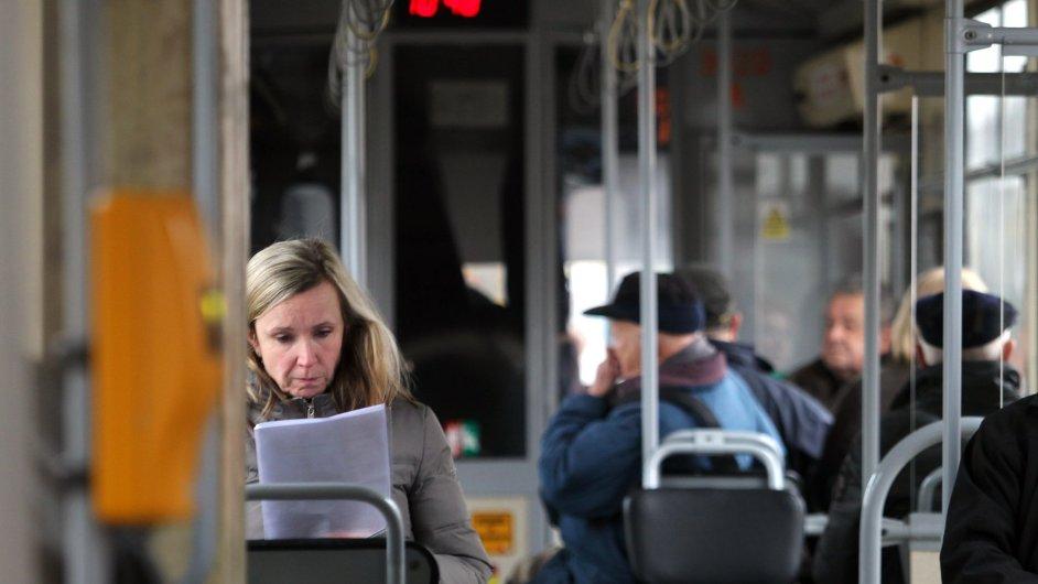 Lidé cestující MHD jsou šťastnější než řidiči.