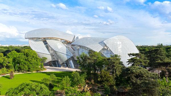 Gehryho st��brn� brouk. V Pa��i se otev�r� nov� centrum um�n�