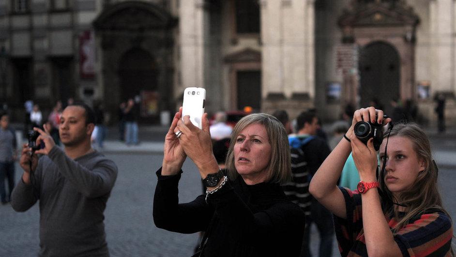 Turisté před Karlovým mostem.