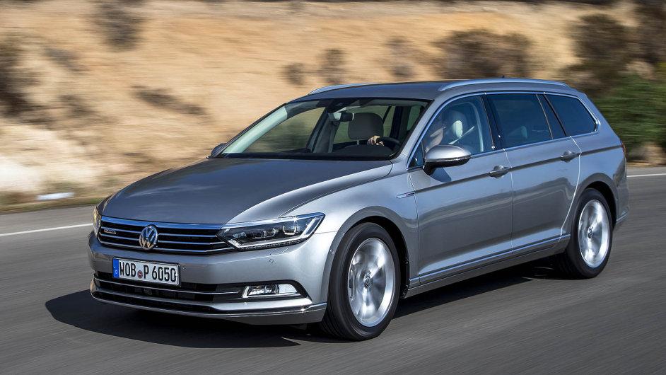 Nově pojatá příď vozu Volkswagenu Passat je bohatě ozdobená chromovými detaily.