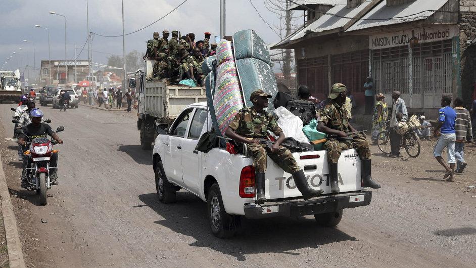 Toyota Hilux veze bojovníky Demokratické republiky Kongo v ulicích města Goma při východní hranici země.