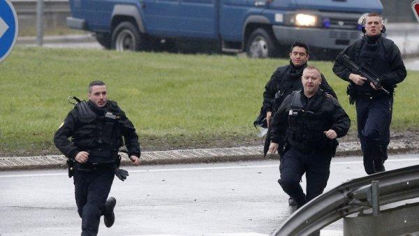 Francouzsk� policejn� jednotky p�ed budovou m�stn� tisk�rny