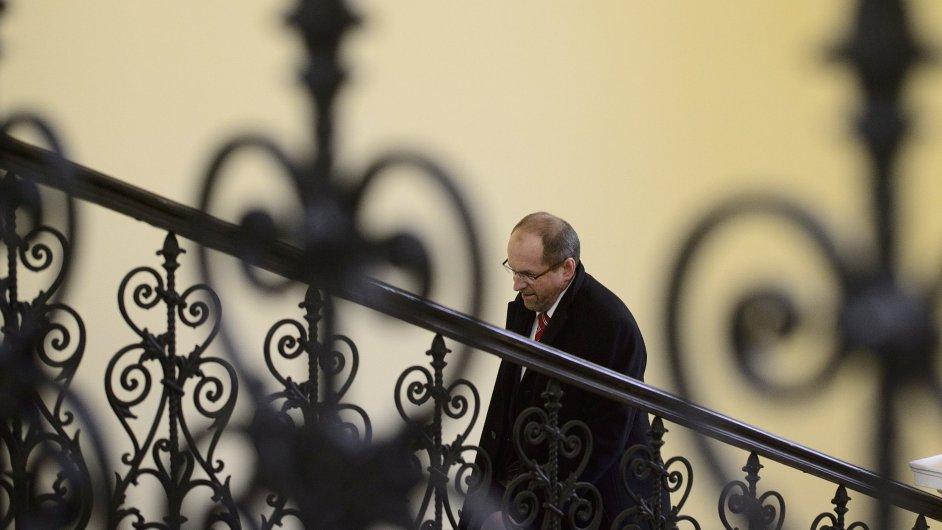 Exposlanec Ivan Fuksa přichází k jednání Obvodního soudu pro Prahu 2.
