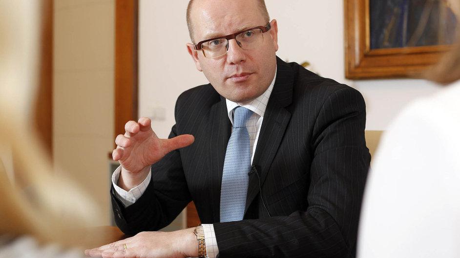Premiér Bohuslav Sobotka nepočítá s brzkým naplněním minských dohod. Sankce proto podle něj poběží dál.