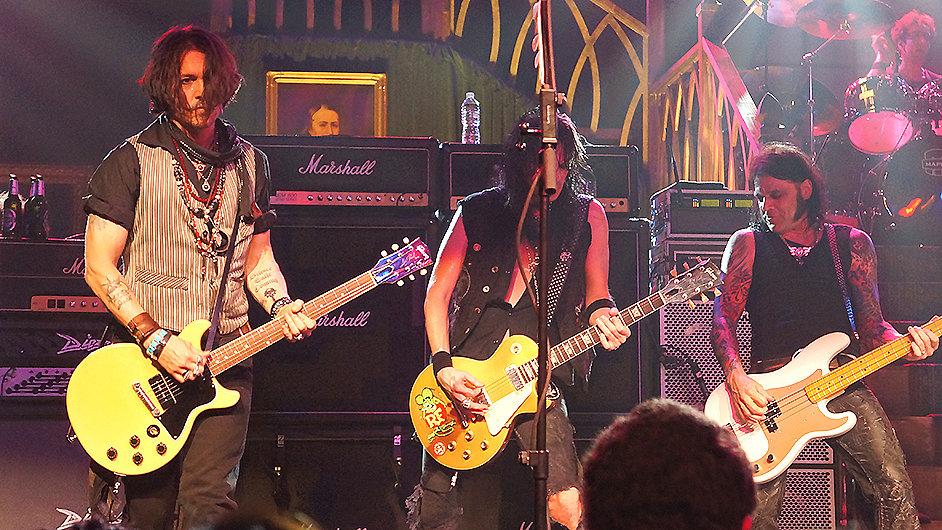 Johnny Depp (vlevo) na záznamu z koncertu Alice Coopera