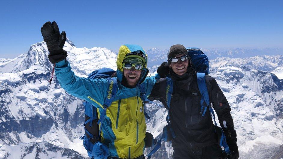 Karel Svoboda (vlevo) a Martin Štourač na vrcholu Pik Korženěvská (7105 m n. m.) v Pamíru