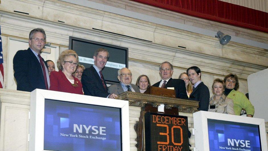 Irving Kahn (uprostřed) při otevření burzy New York Stock Exchange v roce 2005