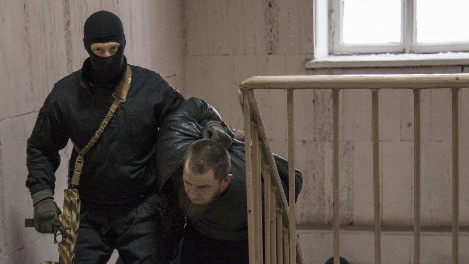 Policie přemisťuje jednoho ze zadržených ve spojitosti s vraždou Borise Němcova.