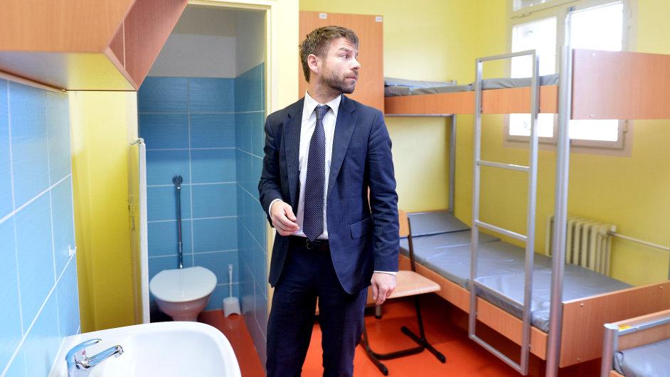 Ministr spravedlnosti Robert Pelikán (na snímku ve vazební věznici v Ruzyni) musí rozhodnout v případu bývalého šéfa Vězeňské služby Petra Dohnala.