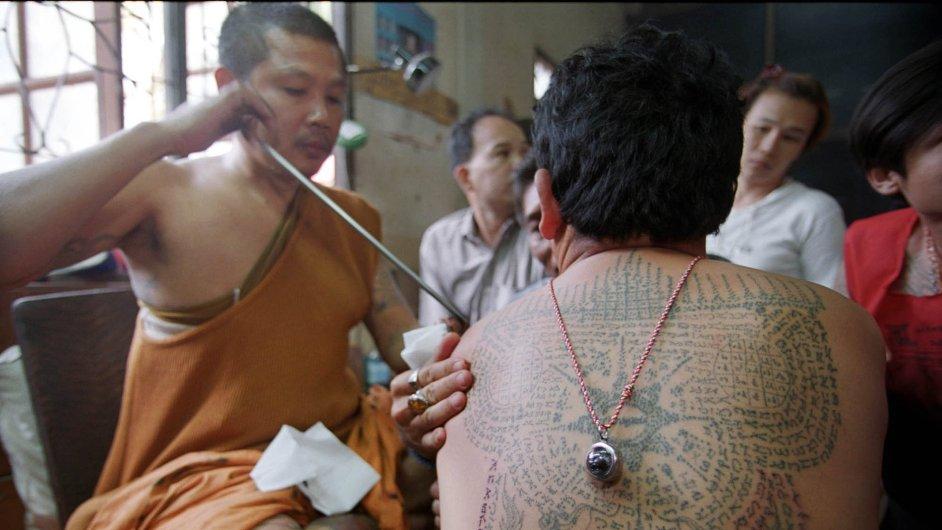 Buddhistický mnich Pra Ya při tetování v chrámu Wat Bang Phra (ilustr. foto)