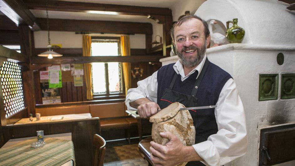 """""""Pečeme vlastní chleba, děláme svoji šunku a ze zvěřiny, kterou chováme ve vlastní oboře, pro naše hosty vaříme nejrůznější speciality,"""" říká majitel Gasthausu Trummer."""