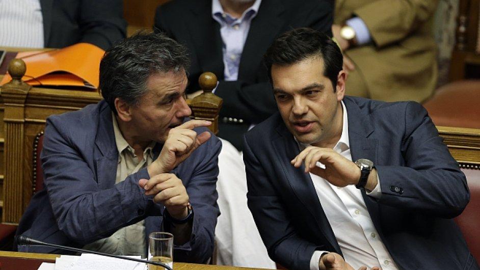 Řecký ministr financí Euklidis Tsakalotos a premiér země Alexis Tsipras.