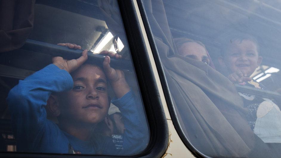 Uprchlík překračující hranice Srbska s Maďarskem.