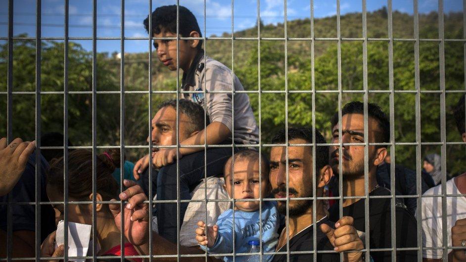 Uprchlíci čekají ve frontě na registraci na řeckém ostrově Lesbos.