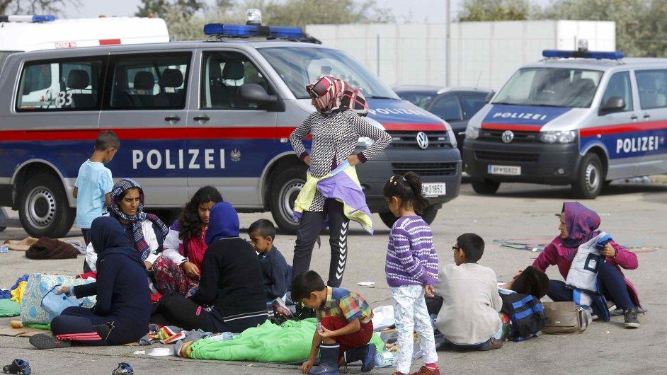 Německo zavedlo na hranicích s Rakouskem kontroly. Na snímku uprchlíci v Nickelsdorfu čekají na další postup.